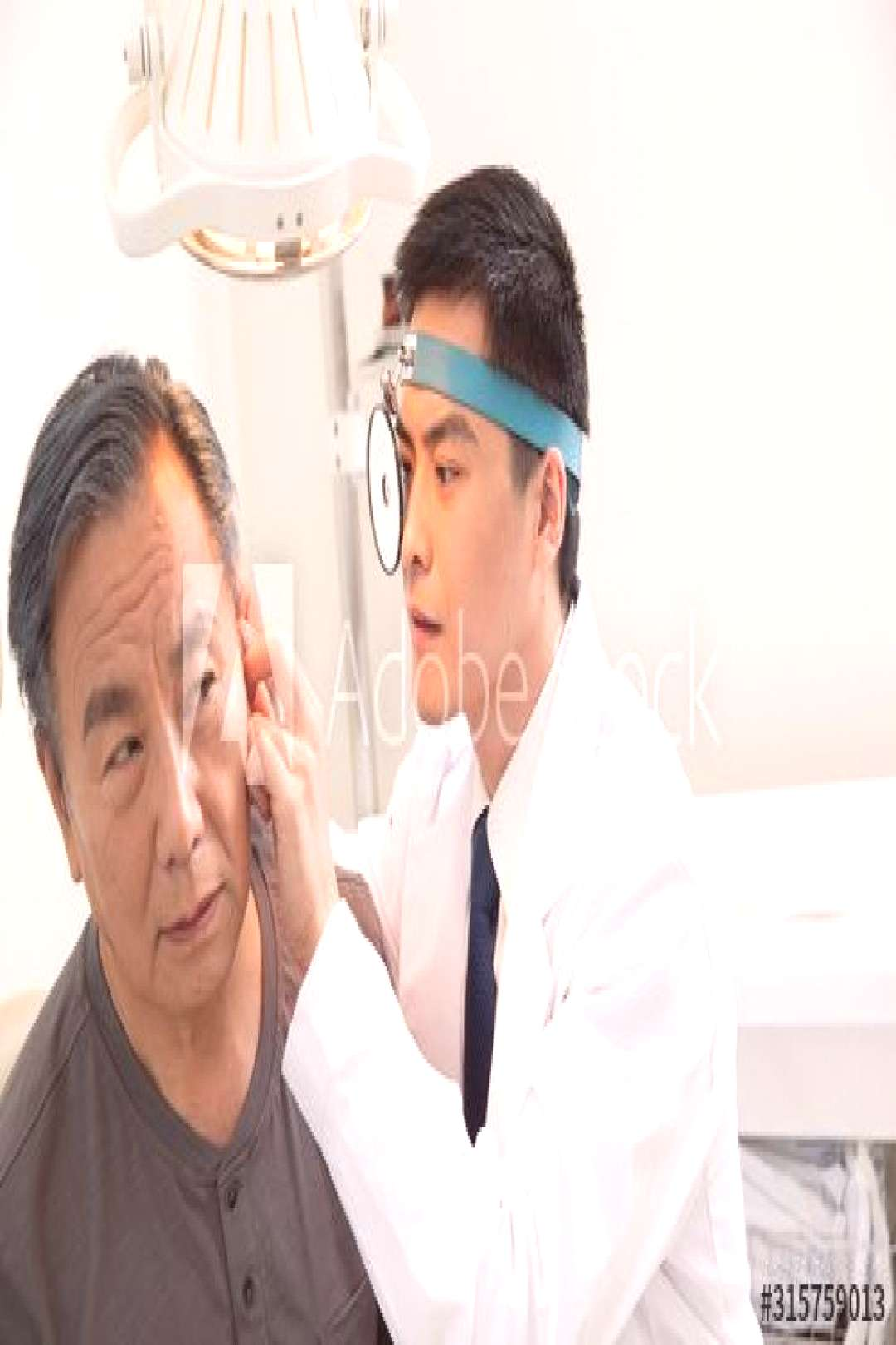Doctors give patients to check the ear ,